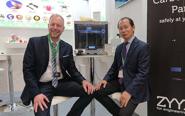 Mats Moosberg, ZYYX (left) and Yihu Yang, Esun (right) at formnext powered by TCT