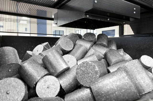 Briquettes of recycled aluminium waste