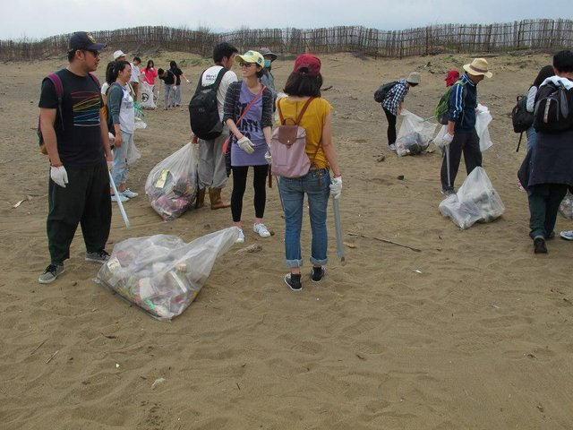 In partnership with the Taiwan Environmental Information Association Fabraft went on a litter picking exercise