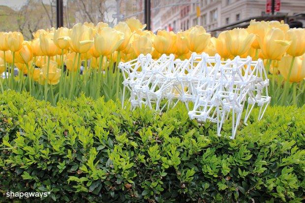 strandbeest-on-flowers.png